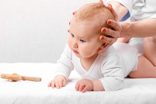séance ostéopathie sur un bébé