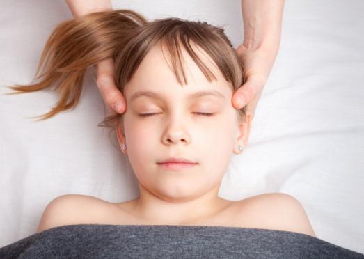 Ostéopathie technique crânienne sur un enfant